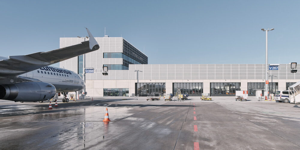 Winterdienst Gebäude GHBA Frankfurt Flughafen Flugzeug Vorfeld